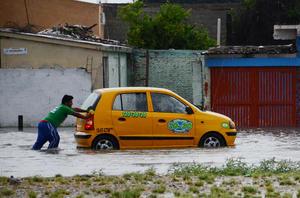 Problemas. Varios automóviles no pudieron con el agua acumulada y dejaron de funcionar.