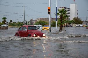 La lluvia que azotó a la Comarca Lagunera, principalmente el sur y oriente de Torreón, y que estuvo acompañada por fuertes ráfagas de viento y granizo, provocó serias afectaciones.