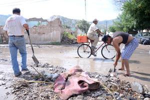 Ciudadanos han removido el lodo y la basura.