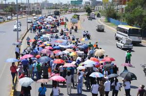 Alrededor de 500 maestros marcharon contra la evaluación.
