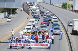 En la movilización, tomaron el puente principal, a la altura del Centro de Convenciones Francisco Zarco lo que ocasión molestia de los conductores que transitaban por el sitio.