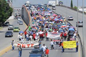 Para protestar en contra de la evaluación docente, maestros de la sección 35 y 45 del SNTE, padres de familia y organizaciones afines al Movimiento Magisterial marcharon  por el bulevar Miguel Alemán de Gómez Palacio.