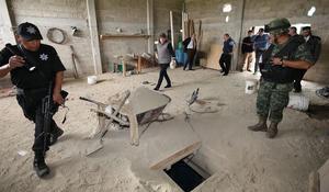 La procuradora General de la República inspeccionó el túnel por donde escapó el narcotraficante, al igual que la casa en obra negra a la que desemboca en la colonia Santa Juanita.