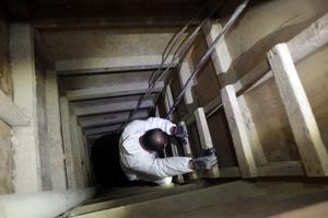"""Luego de recorrer el túnel desde su celda, """"El Chapo"""" tuvo que subir una escalera de unos 20 peldaños hasta llegar a un sótano de aproximadamente 3 por 3 metros."""