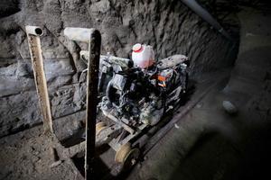 En el túnel está la moto adaptada a rieles que utilizó para escapar.