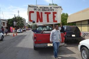 """Partieron a bordo de 30 vehículos que tenían pintas como """"Fuera Peña y Chuayffet"""", """"No a la Reforma punitiva"""" y """"Juicio político a diputados y senadores por traición a la patria""""."""