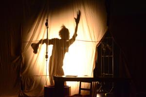 Teniendo como telón de fondo una sábana blanca de la que cuelga un crucifijo, Scarmouche Jones es se prepara para entregarse apaciblemente a la misteriosa muerte. No puede ser de otra forma, pues nació con el último estertor de 1899 y el llanto naciente de 1900, explica.