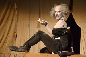 Scaramouche Jones es el título del unipersonal escrito y actuado por el inglés Justin Butcher que se presentó en el Teatro Nazas.