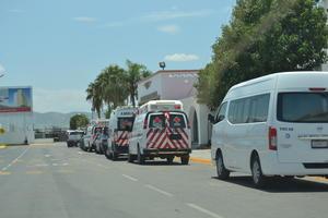 Al aeropuerto de Torreón, llegaron ambulancias de Cruz Roja, elementos de Protección Civil y Bomberos.