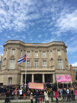 Tras 54 años de restricciones y con la respectiva reapertura de embajadas entre Cuba y Estados Unidos en sus correspondientes capitales, la bandera de la isla fue izada y ya ondea en la capital del país norteamericano.