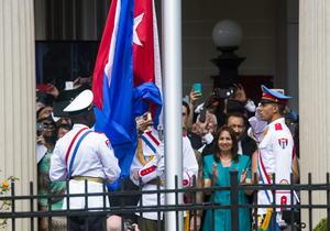 El reloj marcaba exactamente las 10:36 horas locales (14:36 GM) de este lunes cuando fue izado el lábaro patrio cubano.