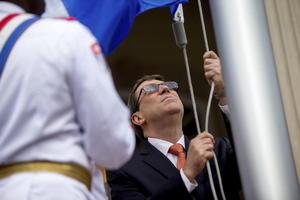 El canciller cubano fue el encargado de izar la bandera nacional en la que será la embajada del país en Washington.