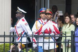 Un miembro de la guardia de honor se preparaba para que la bandera cubana fuera izada.