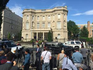 El edificio que desde 1977 acogía la Sección de Intereses de Cuba fue el sitio donde se llevó a cabo el histórico acto.
