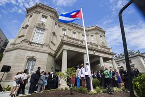 Los colores azul, rojo y blanco de la bandera de Cuba ondearon por primera vez en su nueva embajada en la capital de Estados Unidos.