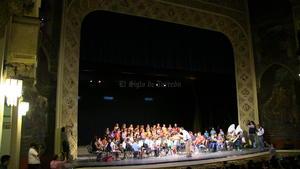 Este grupo de 90 niños, entre ellos 46 niñas se presentaron en el majestuoso Teatro Isauro Martínez, luego de que sólo lo han hecho en el Centro Comunitario de la colonia Santiago Ramírez.