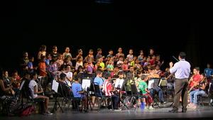 """Cantan e interpretan cualquier melodía, lo mismo """"New York, New York"""" que """"La Filomena"""" y los arreglos que les enseña su maestro y fiel impulsor Joel de Santiago Arenas, que vibra junto a ellos en cada uno de sus logros musicales."""