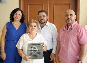 Altagracia Woo de Alcázar con sus hijos Jorge Alberto, Francisco Eduardo y Cynthia Karina Alcázar Woo.