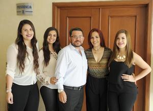 Eduardo Alcázar y Ana Laura Pérez de Alcázar con sus hijas Antoniella, Anna Paola y Andrea Alcázar Pérez.