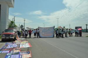 Por más de dos horas y media, el grupo conformado por casi un centenar de personas, bloqueó el carril lateral del Periférico, sin éxito.