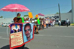 Por más de dos horas y media, bloquearon el carril lateral del Periférico para exigir información sobre el paradero de un joven taxista.