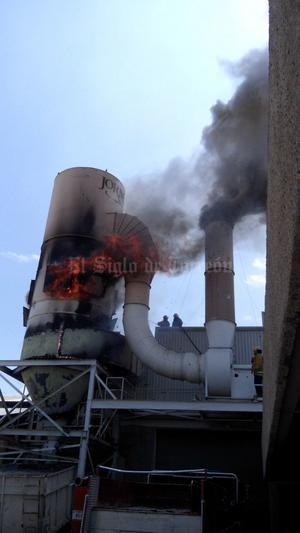 El fuego alertó a los empleados de la muebleria.