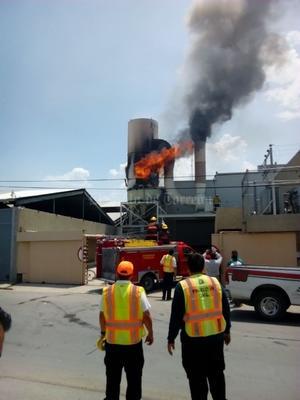 Algunos empleados de la empresa manifestaron que el personal de Bomberos no traía agua y empezaron a sofocar el fuego después de 20 minutos.