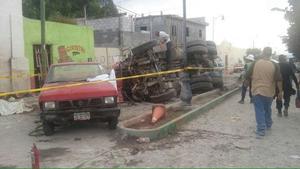 Los hechos se registraron alrededor de las 19:00 horas de ayer cuando el vehículo de doble eje, con razón social Construcciones Industriales y Transportistas de Zacatecas, se quedó sin frenos mientras transitaba por la calle principal de la comunidad de Mazapil, a la altura del Salón Ejidal.