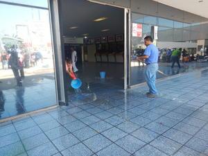 """Vecinos del sector derramaron aguas """"negras"""" en la explanada y puerta principal de la Presidencia Municipal."""