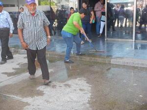 Los manifestantes exigían hablar con el presidente municipal José Miguel Campillo Carrete para exponerle el problema.