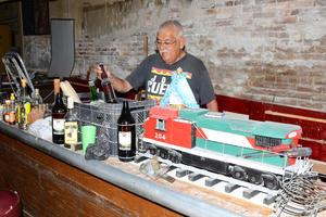 Don Antonio Zermeño Arredondo, último propietario de este lugar, puso en cajas las últimas botellas que sirvió a sus clientes del bar Francia.