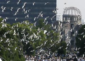 En el Hiroshima Peace Memorial Peace Park en Hiroshima, decenas de palomas blancas volaron homenajeando a los fallecidos.