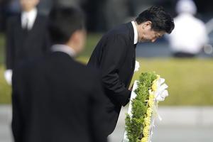 Abe ofreció una corona de flores en memoria de las víctimas.
