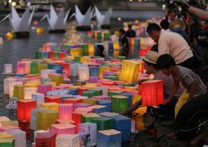 Varias personas iluminaron linternas junto al río Motoyasu en memoria de las víctimas de la bomba atómica en el Parque de la Paz de Hiroshima.