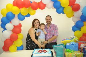 Luis Enrique Vázquez Soto, acompañado de sus papás, Ana Gabriela Soto Méndez y Luis Vázquez Monárrez, en la fiesta que se le organizó por su primer año de vida.JPG