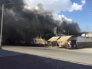Rápidamente los bomberos acordonaron el área y se aseguraron que no existiera riesgo alguno.