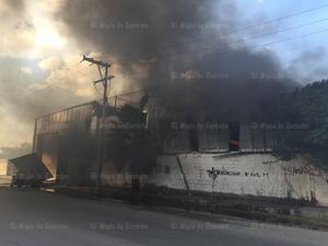 Varios vecinos vieron que del área de la bodega del negocio comenzaba a salir humo.