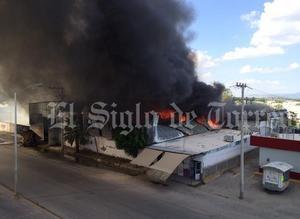 Una fuerte movilización de Bomberos y de autoridades se generó en la colonia Valle Verde de Torreón luego de que se reportó un incendio en una bodega.