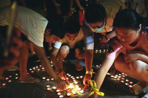 Ciudadanos chinos rindieron homenaje a las víctimas de las explosiones.
