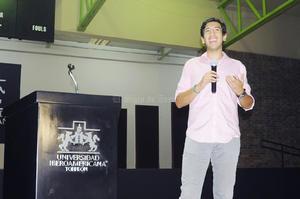 Pedro Kumamoto ofreció una conferencia en las instalaciones de la Universidad Iberoamericana de Torreón, la cual presentó ante un Gimnasio Auditorio lleno