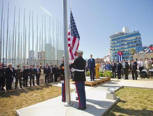 Finalmente, el secretario contempló como la bandera de su país era izada en Cuba, algo que muchos no creyeron que ocurriría jamás.