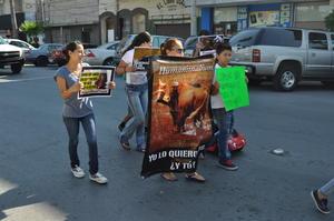 Los participantes llevaron lonas y pancartas contra las corridas de toros.
