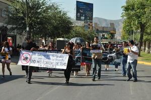 El grupo de manifestantes recorrió la calzada Colón en donde con sorpresa los veían las decenas de familias que disfrutan de los atractivos del lugar.