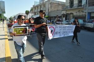 """Bajo el grito de """"toros sí, toreros no"""" y """"no a la tortura"""" los manifestantes marcharon por el centro de Torreón."""