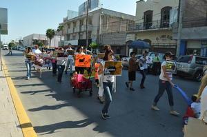 Asociaciones protectoras de animales, albergues, niños y adultos marcharon contra las corridas de toros en Coahuila.