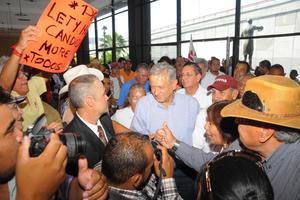 Simpatizantes recibieron a López Obrador en el lobby del teatro.