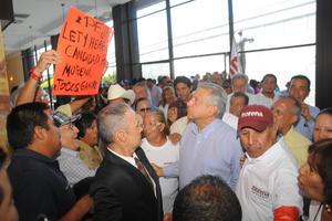 Algunos pidieron con pancartas que la senadora Lety Herrera fuera candidata de Morena para la gubernatura de Durango.