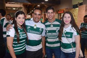 Mónica, Juan, Adrián y María