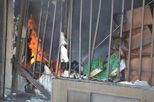 El otro local afectado está contiguo a un bazar, que no se vio afectado gracias a la oportuna intervención de los bomberos.