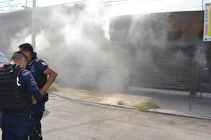 Los preventivos municipales y Tránsito y Vialidad, cerraron al tráfico vehicular la avenida Matamoros, en la esquina de la calle Blanco, para permitir los trabajos de los bomberos que permanecieron por más de media hora en su labor de sofocar las llamas.